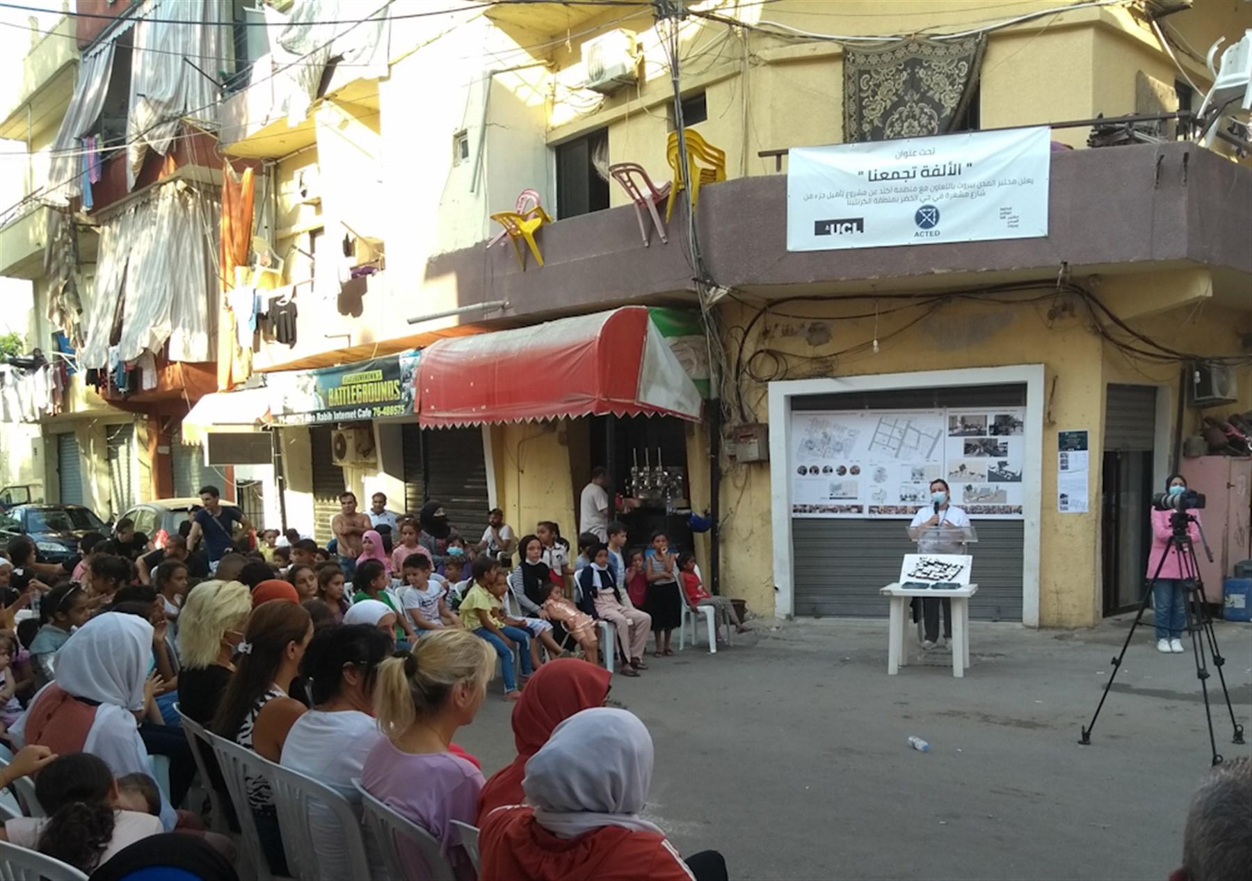 منسقّة برنامج الحماية في آكتد هاجر شمعون مع سكّان حي الخضر (تصوير: علي غدّار، آب 2021)