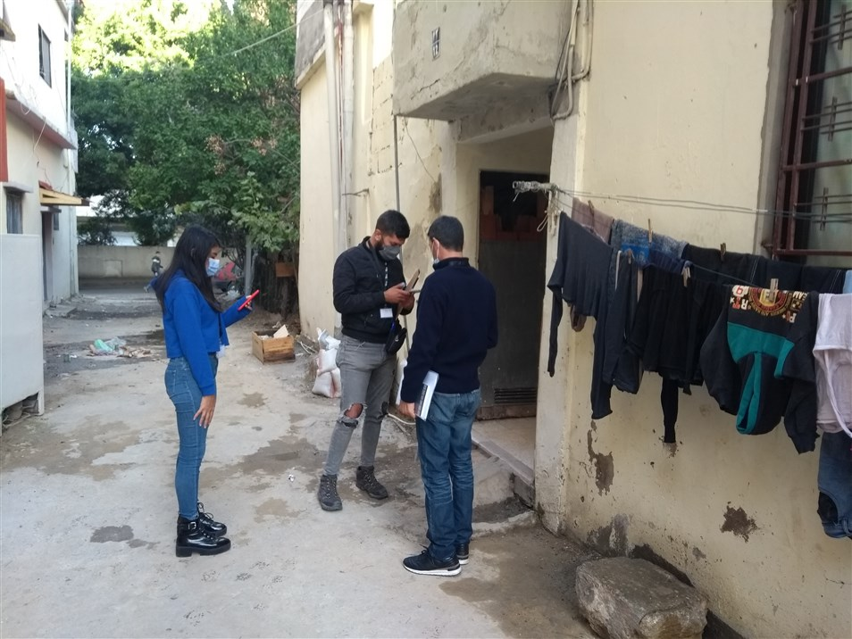 المواطنون العالمون يجمعون الملاحظات المحلية ضمن منطقة الكرنتينا (تصوير: علي غدار)