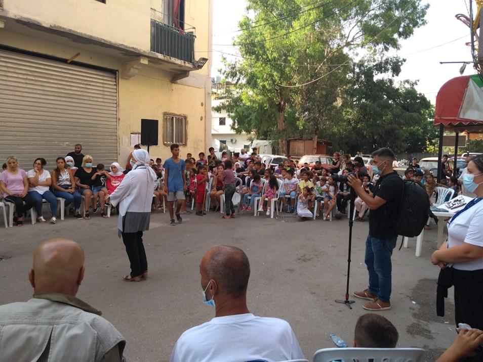 مديرة المشروع الأستاذة هويدا الحارثي ترحّب بسكّان حي الخضر (تصوير: علي غدّار، آب 2021)