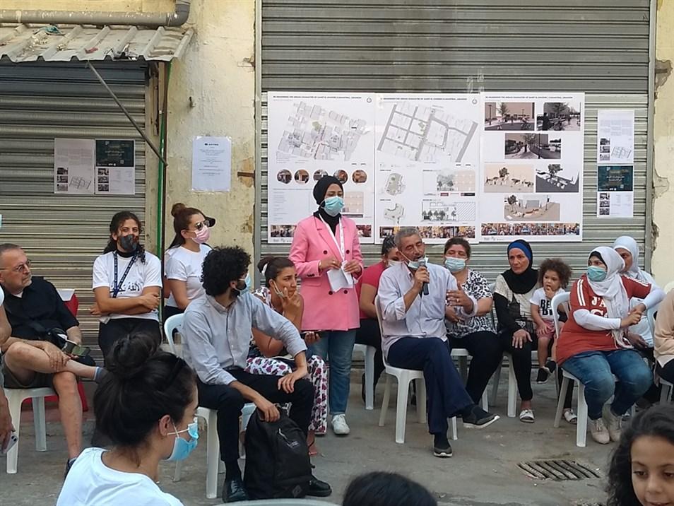 سكّان الحيّ مع منسقة المشروع بتول ياسين وباحثون وباحثات من المختبر والحيّ (تصوير: علي غدّار، آب 2021)