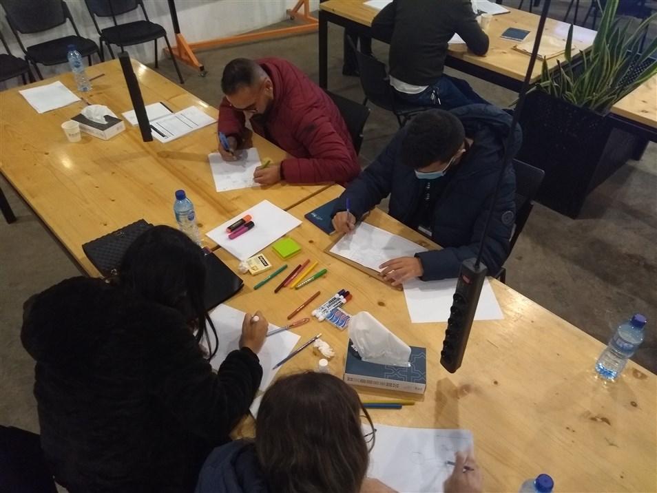المواطنون العالمون يمارسون مهارات البحث في الجامعة الأميركية في بيروت في كانون الأول 2020 (تصوير: علي غدّار)