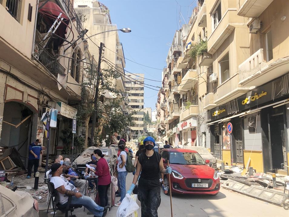 متطوعون في الجميزة (تصوير: منى حرب)