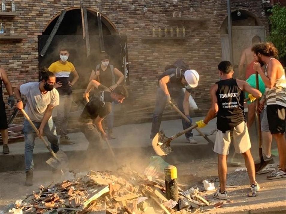 متطوعون ينظفون شوارع مار مخايل من الركام (تصوير: منى فواز)