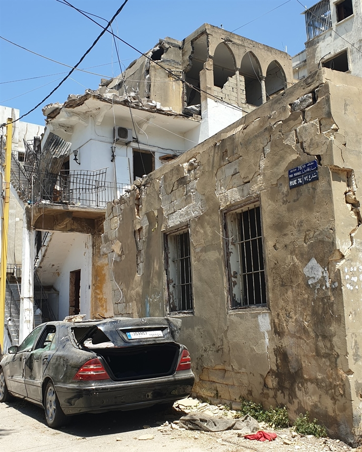 In Karantina, an old building shows a structural break in its wall (Photo: Soha Mneimneh)