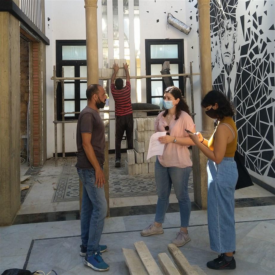 Lab researchers survey a resident of Mar Mikhael (Photo: Ribal Amaneddine)