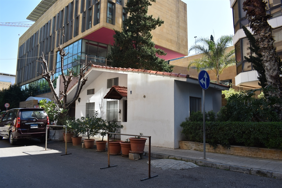 Aridi-Choucair house built on a 36m2 unbuildable parcel. According to a concierge nearby, before the building was built in the early 1990s, Aridi-Choucair used to own another house, located in the middle of what is now the street. The developers destroyed it to secure street access to the new building, and rebuilt a new smaller house for the Aridi-Choucair in what remained of the parcel (Photo: Myriam Khoury, March 2020)
